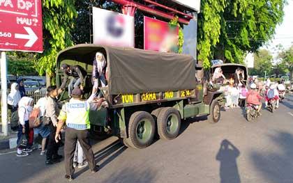polisi dan tni antisipasi sopir angkot monggok massal