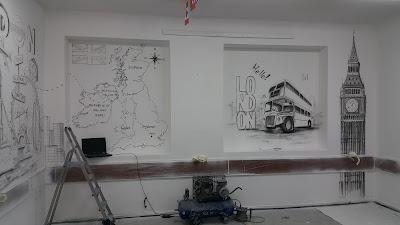 Mural w szkole, tematyczny mural w klasie językowej, jak urządzić klasę językową, malowanie murali w szkole, artystyczne malowanie ścian 3D , urządzanie klasy językowej