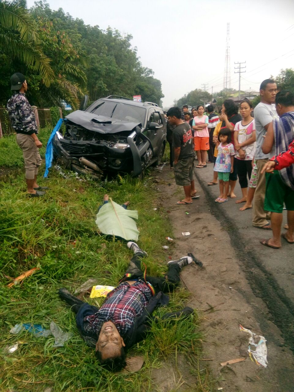 Warga menyaksikan korban kecelakaan lalulintas di Pematangsiantar