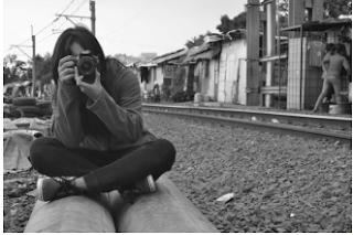 memegang kamera, fotografi
