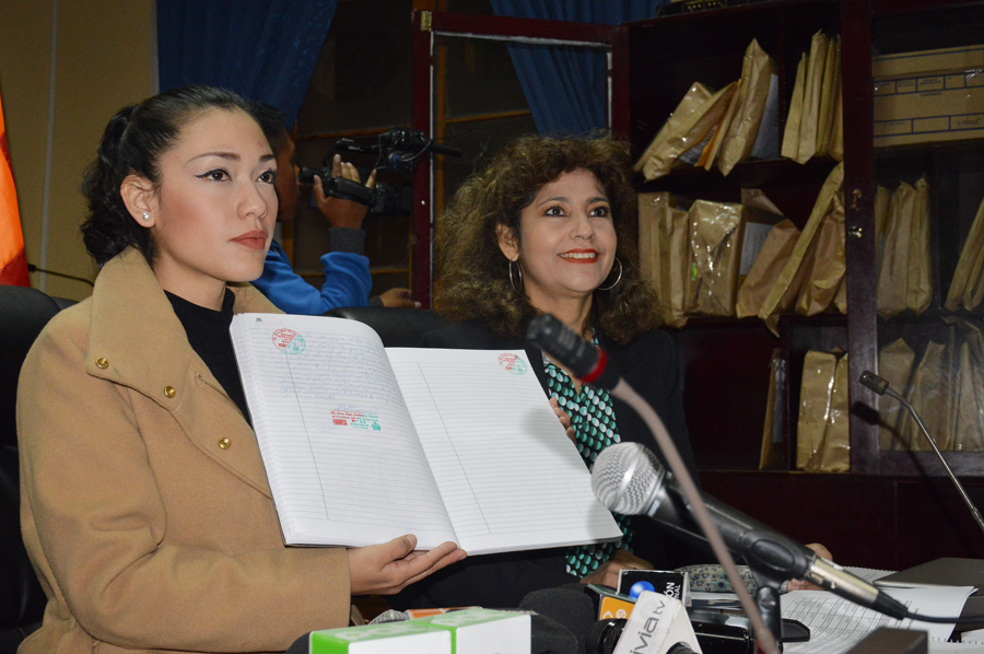 Salvatierra muestra el cierre del libro notariado con los 53 inscritos / DIPUTADOS