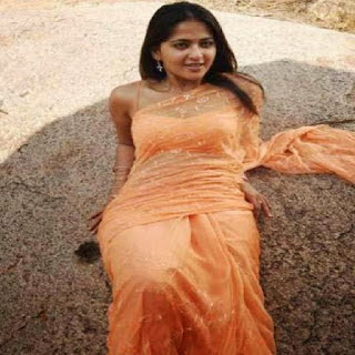 Anushka hot in sari