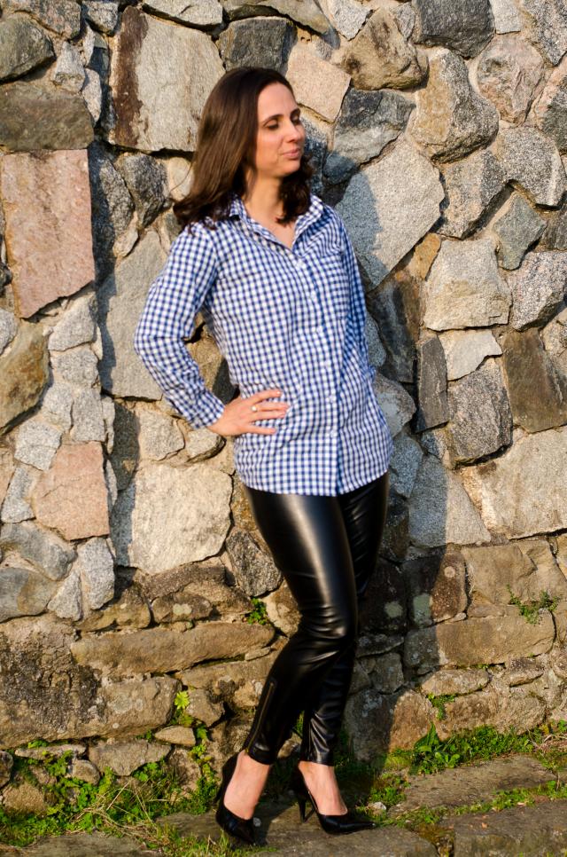Calça de couro, camisa xadrez