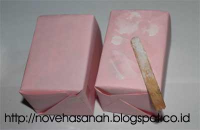 langkah selanjutnya adala menyatukan kedua kotak dengan memberikan lem pada calon kerajinan tangan berbentuk kotak pensil ini