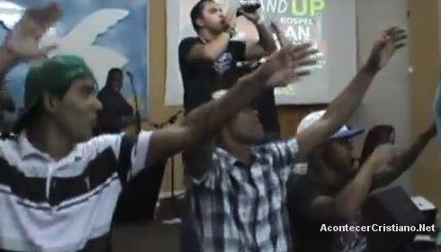 Cantan canción mundana y bailan en iglesia
