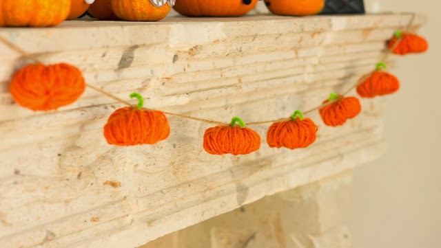 Yarn pumpkin garland - such a fun fall craft idea!