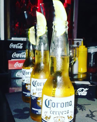 Foto de cervezas Corona con limón