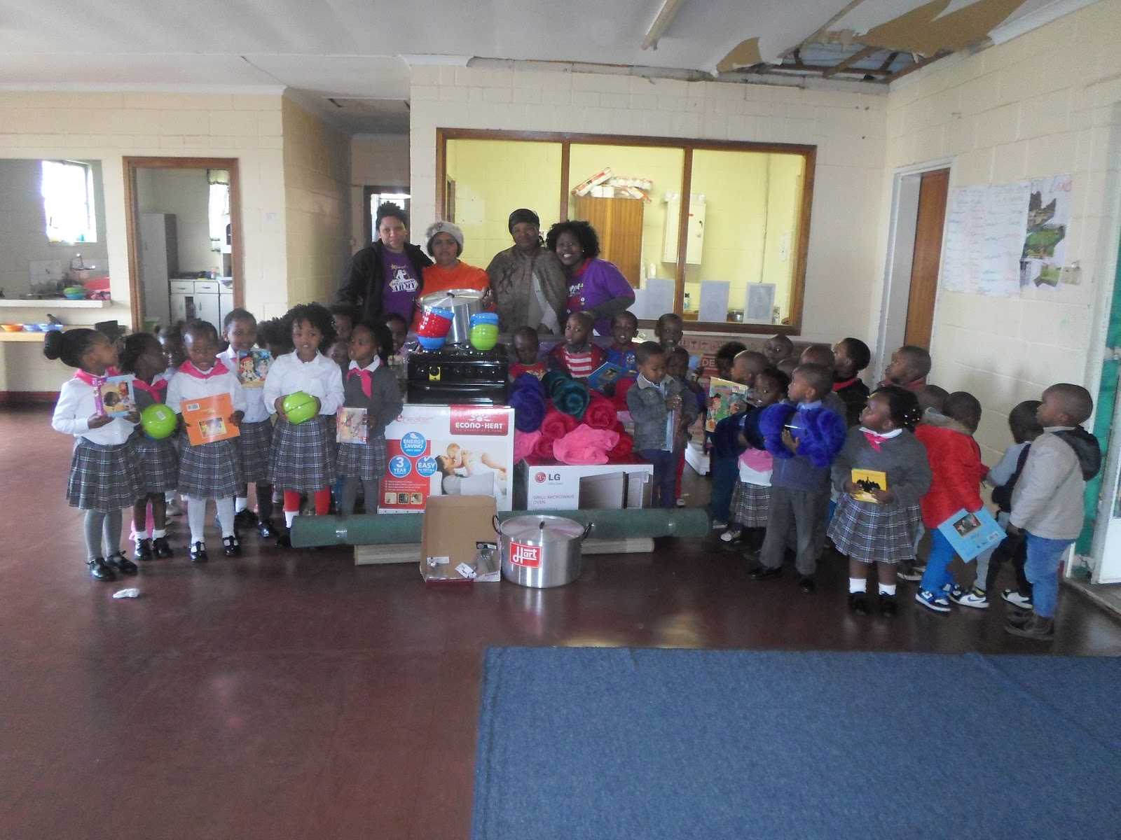 Staff and learners at Walmer Primary School are thankful for a donation from Hollywoodbets Mandarin Inn