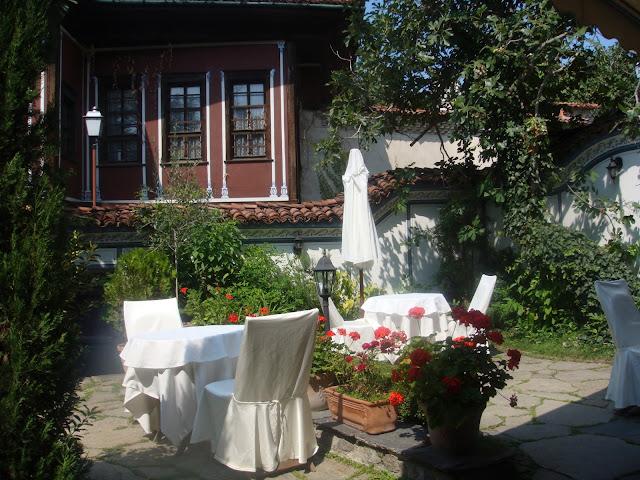 Plovdiv Hebros restoranı bahçesi