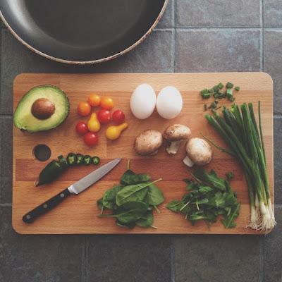 كم عدد السعرات الحرارية التي أحتاجها لتناول الطعام يوميًا لبناء العضلات؟