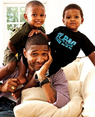 Foto de Usher feliz con sus hijos
