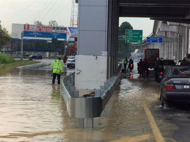Tabik Kat Abang Polis, Sanggup Redah Air Bersihkan Laluan Tersumbat