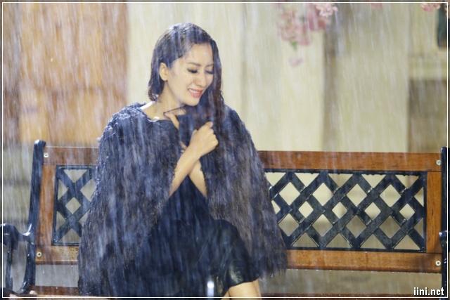 ảnh cô gái khóc trong mưa