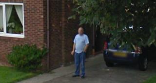 الزوج البريطاني الذي تعرض لـ Google Street View أمام زوجته وأصبح حديثًا إعلاميًا