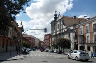 Vista de la calle con la iglesia de Montserrat y edificios de tres plantas.