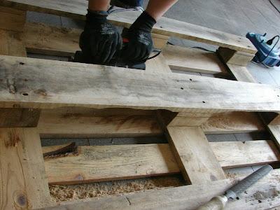 Wearecomplicated letto con pallet bancali - Costruire testata letto ...
