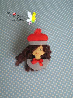 broche-muñeca-fieltro-felt-doll-regalo-personalizado-original-amigo-invisible-pin-brouche-felt-feltro-elbosquedelulu