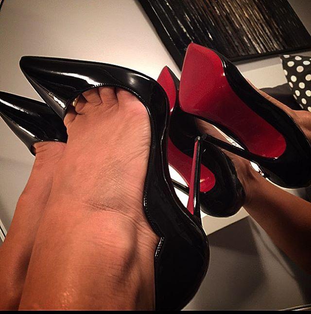 лижет в красных туфельках чувство охватывает