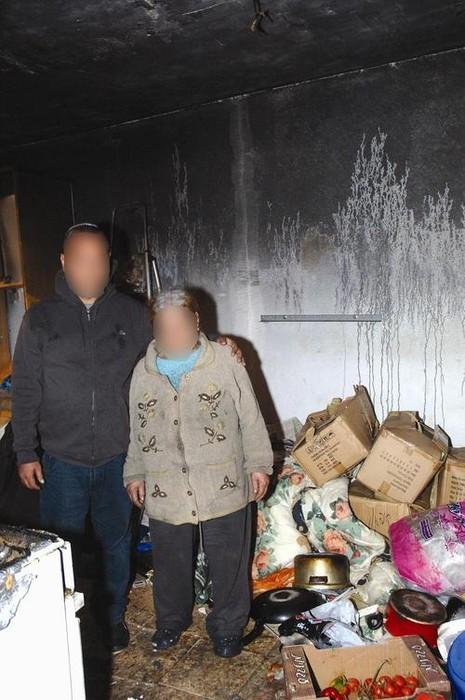 שני האחים בסלון דירתם השרופה צילום: דודו גרינשפן