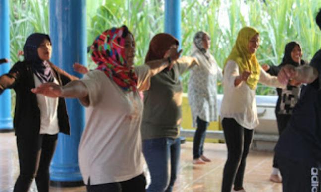 "Indikatormalang.com- Mahasiswa Universitas Muhammadiyah Malang (UMM) yang tergabung dalam Kelompok Kuliah Kerja Nyata (KKN) 37 mengadakan senam lansia (lanjut usia) sebagai wujud kepedulian terhadap kesehatan masyarakat (18/8/17).  Senam lansia yang diadakan untuk ibu-ibu usia 50 tahun keatas ini dilaksanakan di Balai Desa Duwet, Kecamatan Tumpang, Kabupaten Malang.   ""Tidak semua masyarakat peduli terhadap kesehatan di usia  lanjut, sehingga melalui program ini diharapkan masyarakat dapat lebih peduli ,"" jelas Shabrina Ketua Devisi Kesehatan.  ""Semoga kegiatan ini dapat menyadarkan masyarakat tentang pentingnya menjaga kesehatan, meski telah usia lanjut"" tambahnya.  Ketua PKK, Titik Kholada Wilah mengatakan kegiatan ini sangat bermanfaat untuk masyarakat, terutama untuk lansia.  ""Senam seperti ini bagus untuk lansia-lansia, agar mereka lebih sehat,"" jelas Titik Kholada Wilah Ibu PKK Desa Duwet.  ""Sangat menyenangkan, otot-otot tidak kaku lagi, dan lebih segar,"" ungkap Ibu Ina salah satu peserta."