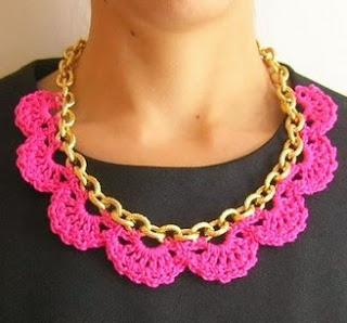 http://chabepatterns.com/free-patterns-patrones-gratis/jewelry-joyeria/crochet-in-a-chain-crochet-en-una-cadena/