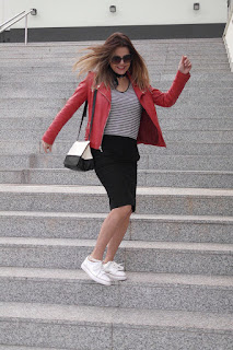 Chupa roja+falda pencil+zapatillas blancas: look sporty