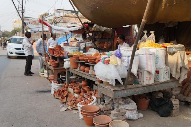 Pedagang kelontong di Varanasi