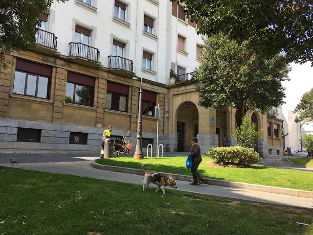 Fachada de la biblioteca central en el parque Antonio Trueba