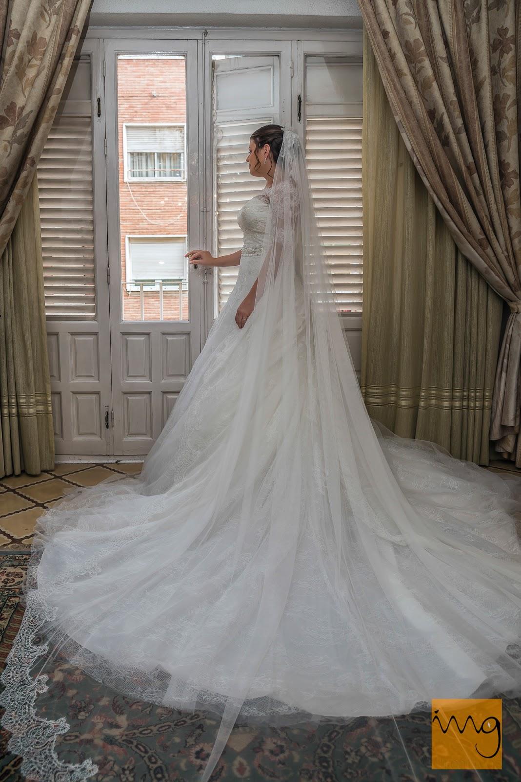 Fotografía de boda junto a la ventana