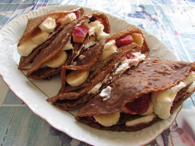 Kakaowe naleśniki z owocami i bitą śmietaną