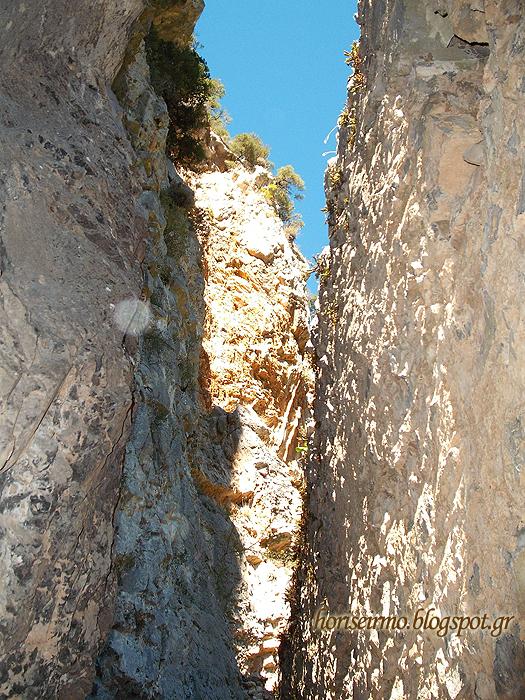 μικρό τμήμα του ουρανού ανάμεσα στους βράχους