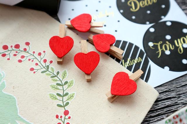 Деревянные мини-прищепки, декорированные сердечками