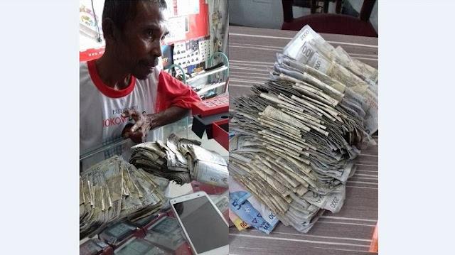 Pria ini Belikan HP baru Untuk Anaknya Menggunakan Uang Rp 2000 Sekantong Plastik. Kisahnya Bikin Netizen Terharu