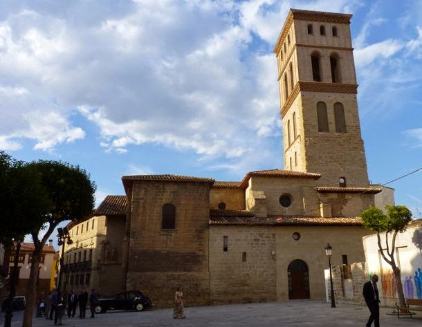 Iglesia de San Bartolomé desde la plaza del mismo nombre.