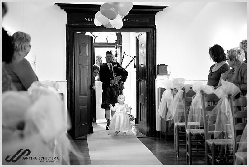 Bruidsmeisje in kerk