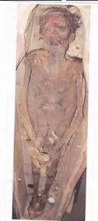 سر المومياء المرعبة والمغطاه بالقماش الأبيض بالمتحف المصرى