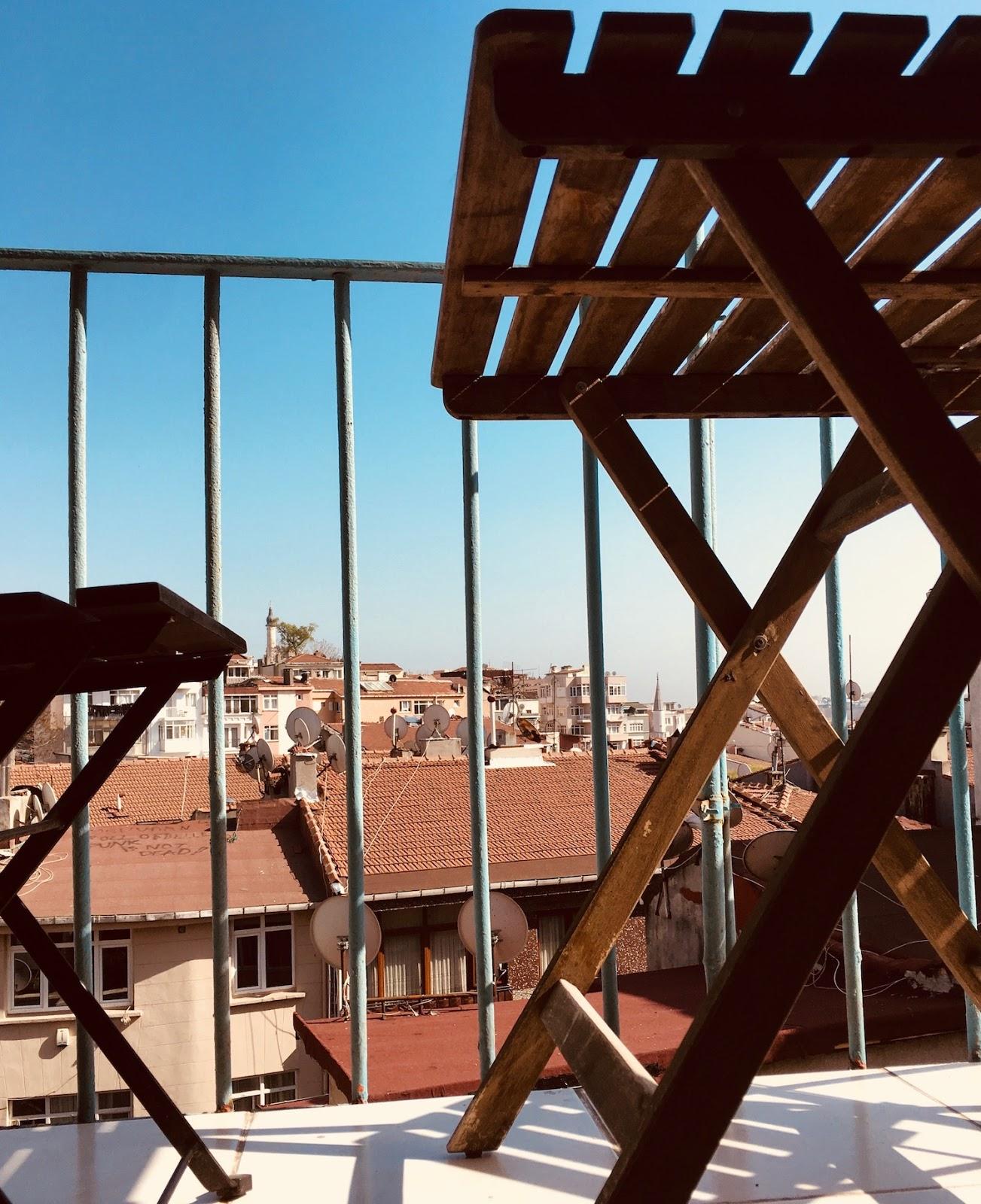 Bir balkon fikri, ya da kullanılabilir alanın dağınıklığını nasıl bozmamak 87