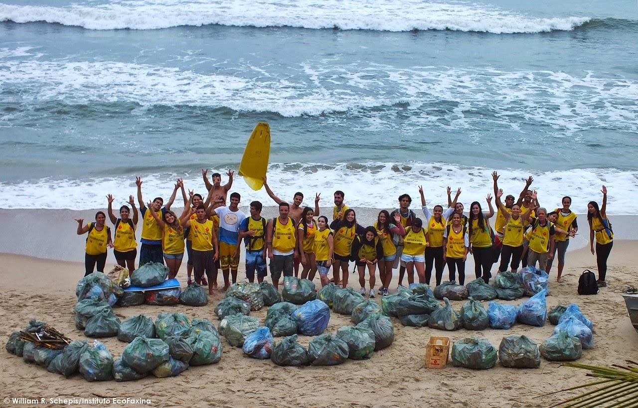 Voluntários do Instituto EcoFaxina alertam para a poluição por plástico nos oceanos. Além de ser confundido com alimentos e causar a morte de milhares de animais marinhos a cada ano, o plástico adsorve poluentes bioacumulativos da água e os transfere para a cadeia alimentar, fazendo com que cheguem aos nossos pratos. Crédito: William R. Schepis/Instituto EcoFaxina