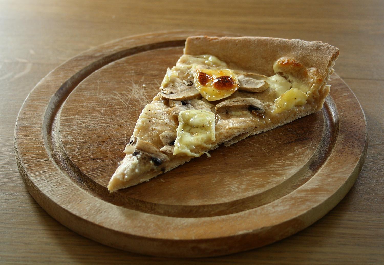 vegetarischer flammkuchen mit dinkelteig champignons und camembert essen und trinken. Black Bedroom Furniture Sets. Home Design Ideas