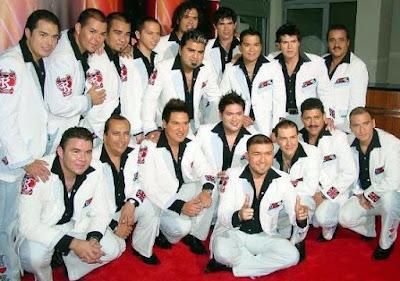 Foto de la banda El Recodo posando para fans