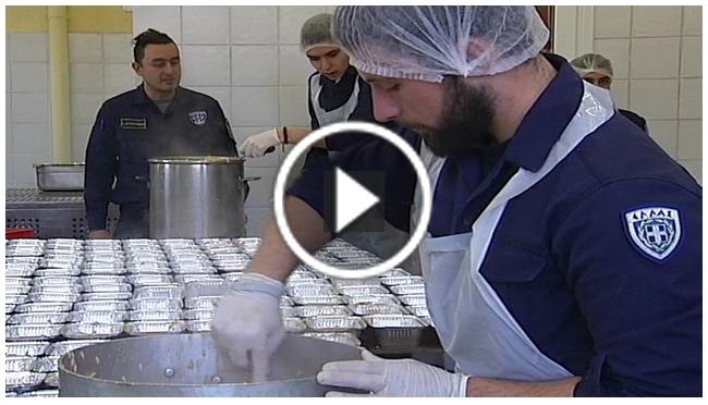 ΒΙΝΤΕΟ: Στις εγκαταστάσεις ΠΝ μαγειρεύουν για τους πρόσφυγες