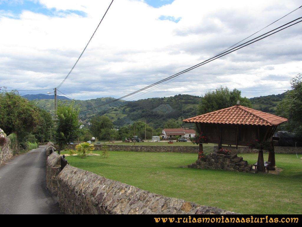 Ruta Cascadas Guanga, Castiello, el Oso: Hórreo asturiano en Las Cuestas
