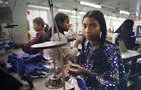 jóvenes que trabajan en la industria textil de la India