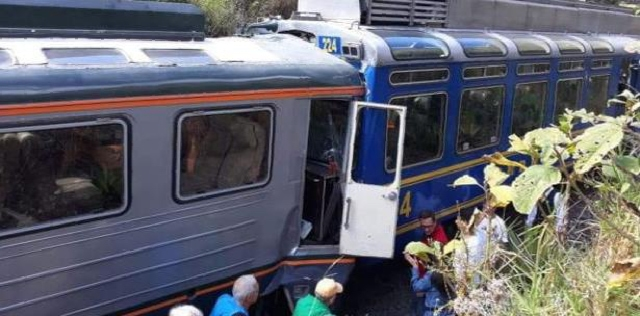 Dos trenes chocan de frente en Perú