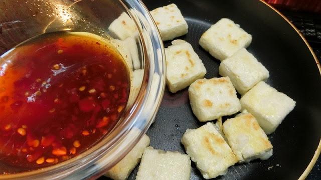 フライパンに残った余分な油をキッチンペーパーで拭き取り、調味料を回し入れます。