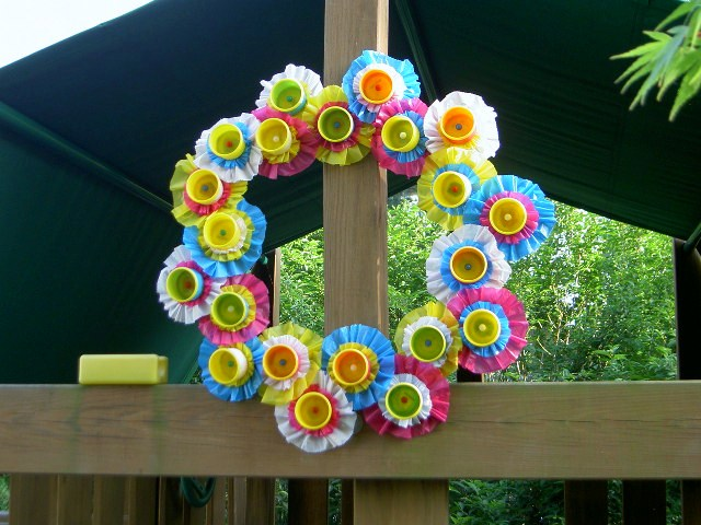 39 Fun Ideas On How To Recycle Doors: Playdoh Container Wreath