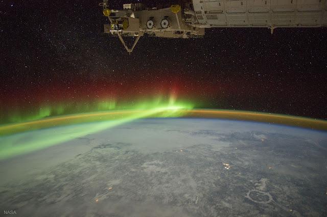 Cực quang và Miệng hố va chạm Manicouagan từ Trạm Không gian Quốc tế. Hình ảnh: NASA.