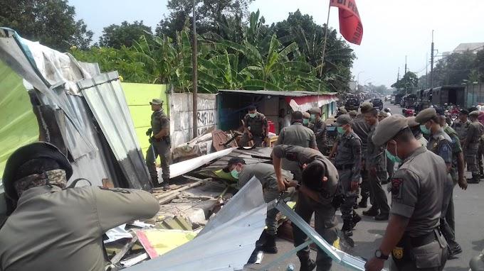 Satpol PP Tertibkan Bangli dan PKL di Jalan Sejajar Rel Stadebar
