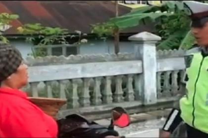 VIDEO: Seorang Anggota Polisi Tilang Ibunya Sendiri Karena Tidak Pakai Helm
