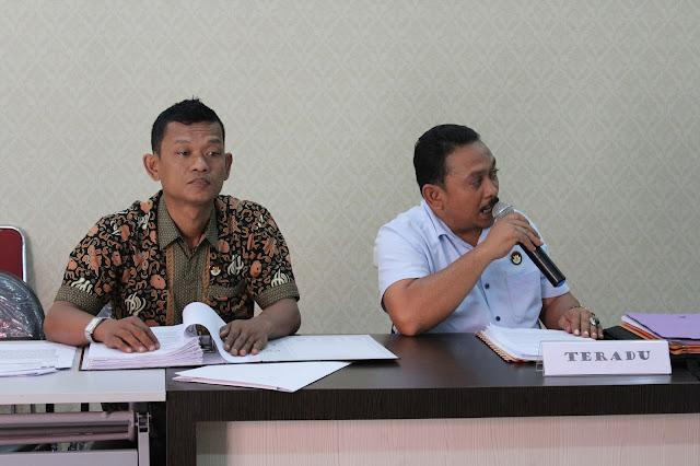 Ketua Panwas Kampar (kanan) Martunus memberikan keterangan dihadapan  majelis DKPP, bersama Anggotanya Zainul Azis